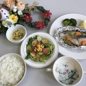 【食物栄養学科】クリスマスメニューの給食実習を行いました。