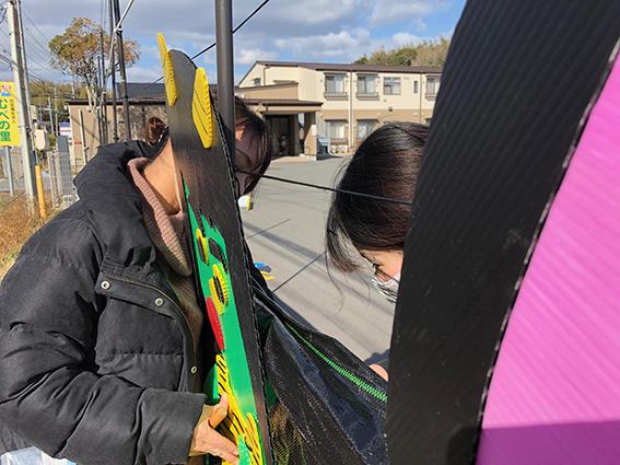 【保育学科】地域貢献、地元老人ホームのフェンスに節分を飾りました!